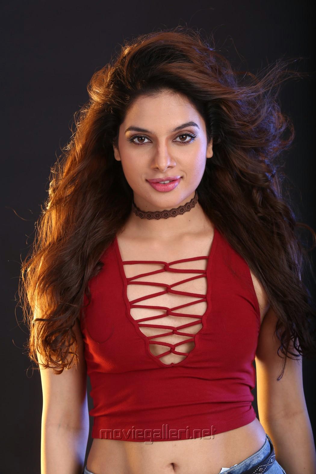 Actress Tanya Hope in Uchakattam Movie Stills HD