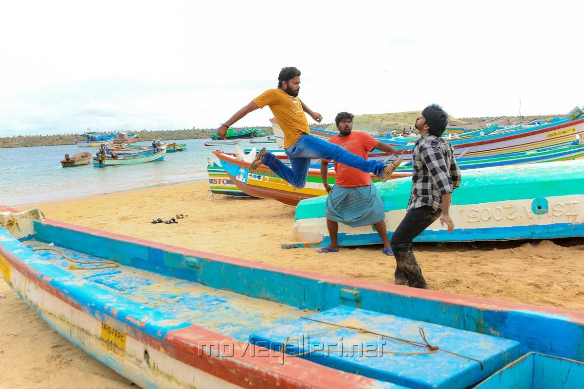 Bala Saravanan, Dinesh in Ulkuthu Movie Stills
