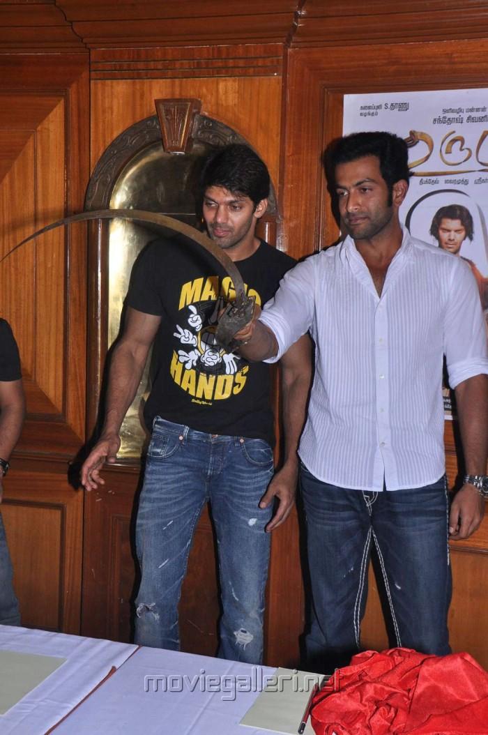 Actor Arya, Prithviraj at Urumi Movie Press Meet Stills