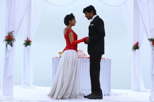 Nazriya Nazim, Dulquer Salman in Vaayai Moodi Pesavum Movie Stills