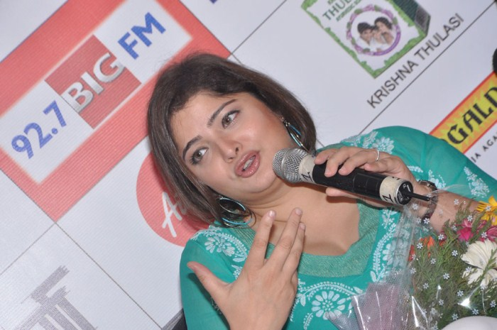 Singer Vasundhara Das at Big FM Tamil Melody Awards 2012