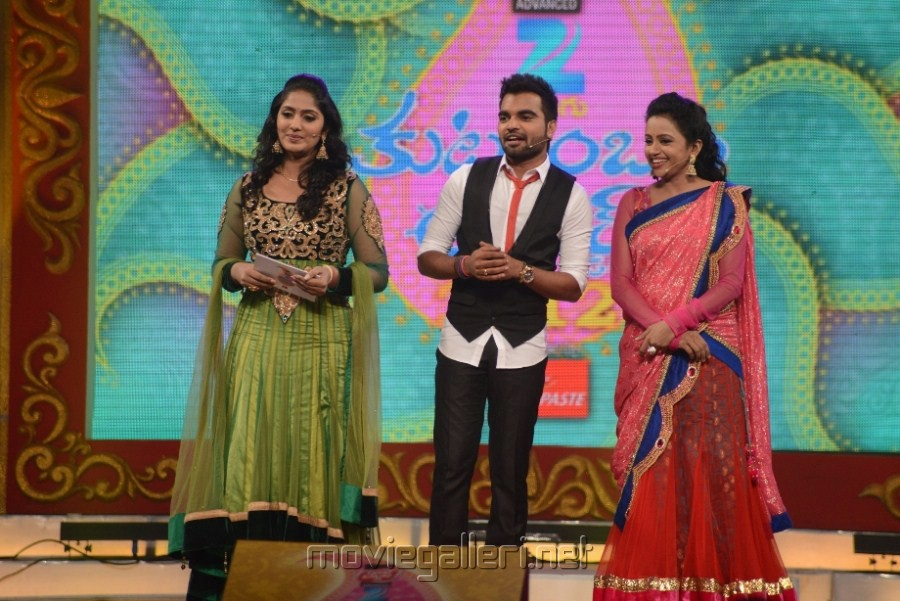Anchor Jhansi, Pradeep, Suma at Zee Telugu Kutumbam Awards 2012 Function Stills