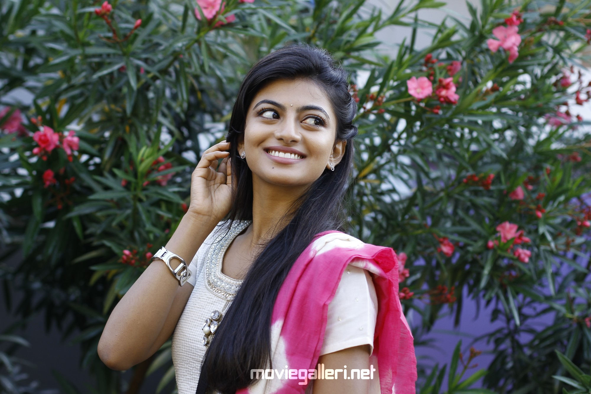 Actress Anandhi En Aaloda Seruppa Kaanom Movie Review