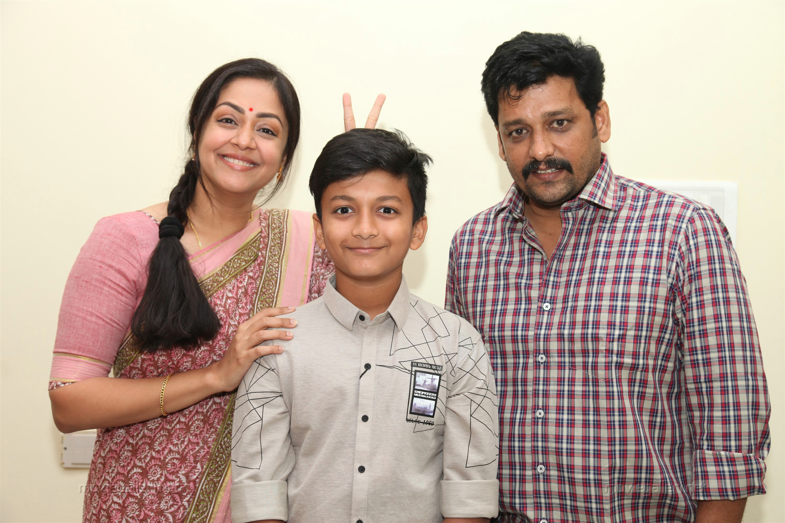 Jyothika Vidharth Kaatrin Mozhi Movie Review