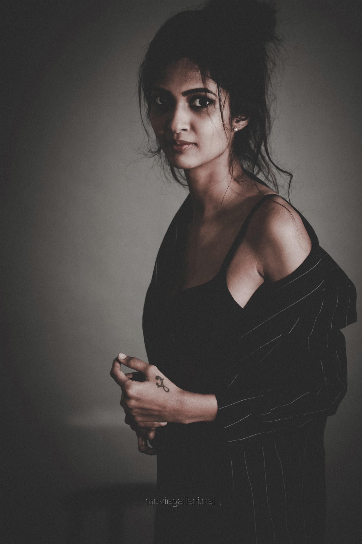 Tamil Actress Keerthi Pandian Photoshoot HD Stills