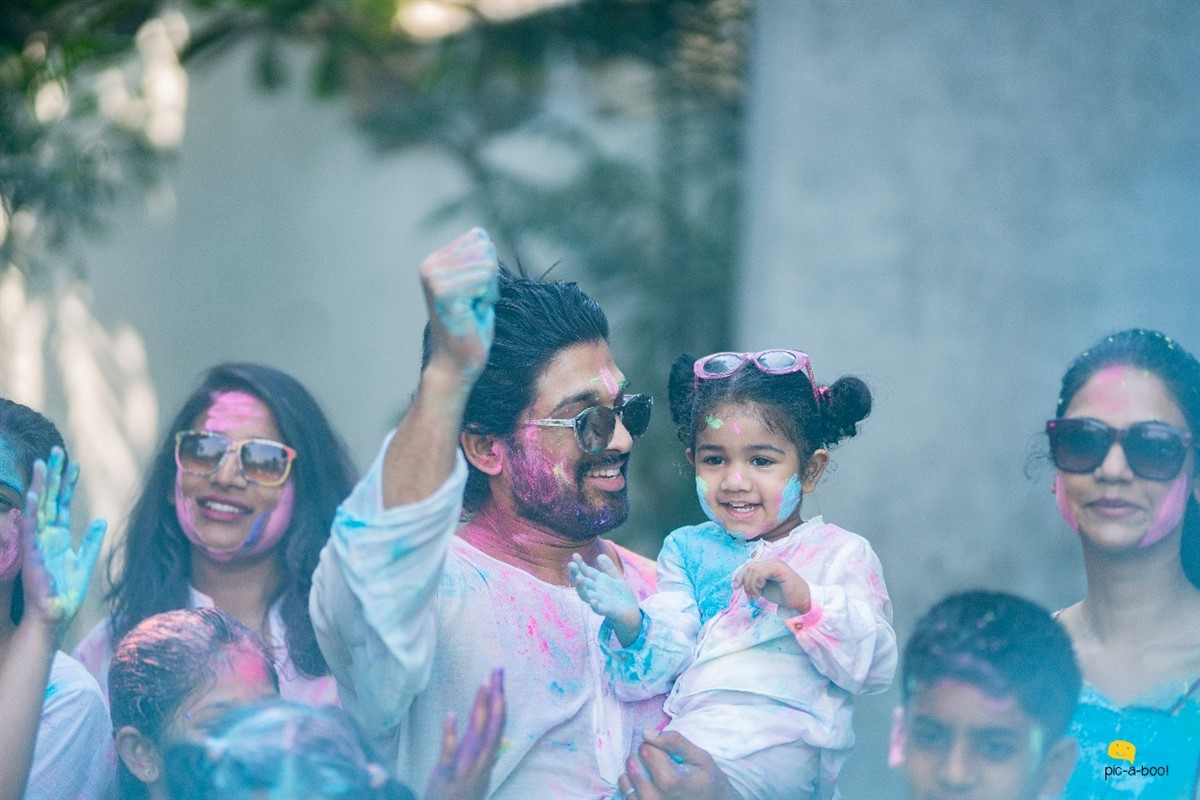 Allu Arjun Celebrates Holi with his family