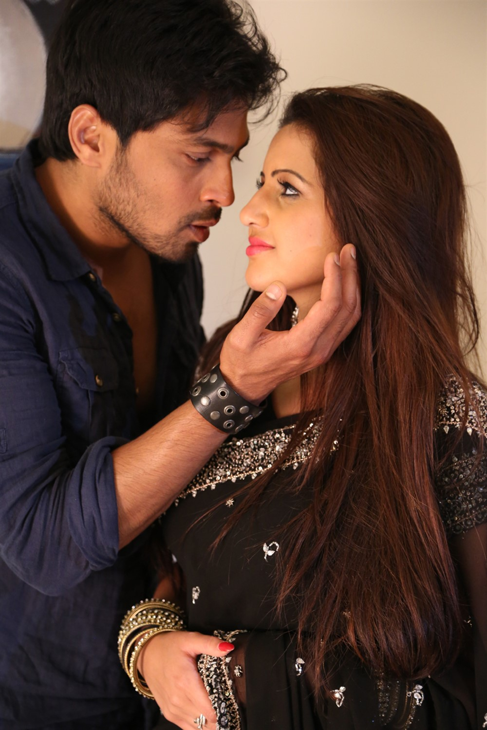Nishal Deva, Karishma Karpal in Manasa Vaacha Movie Stills