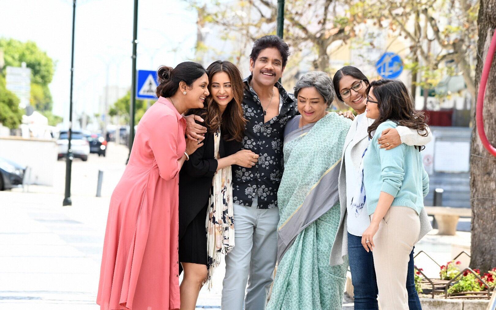 Devadarshini, Rakul Preet, Nagarjuna, Lakshmi, Jhansi @ Manmadhudu 2 movie sets Laugh riot