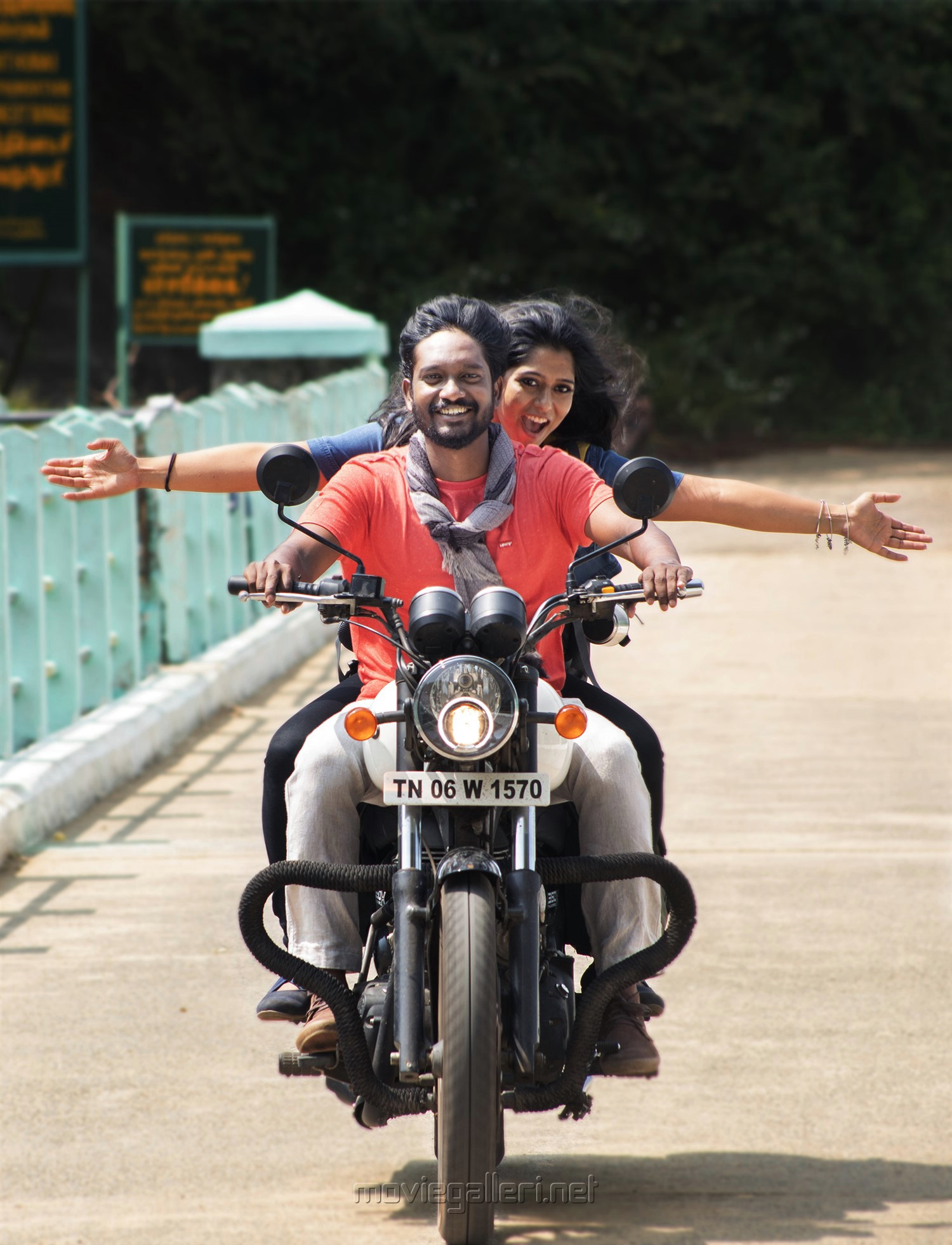 Hari Krishnan, Akshitha in Siragu Movie Stills HD