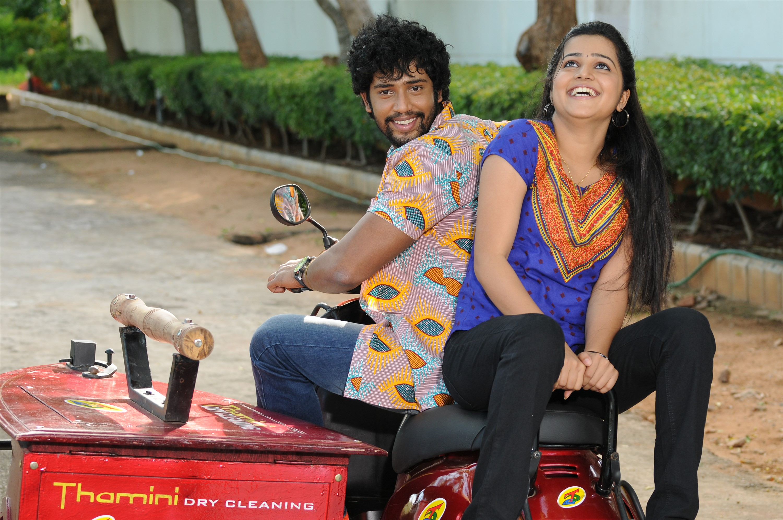 Umapathy Ramaiah, Samskruthy Shenoy in Thanni Vandi Movie Stills HD
