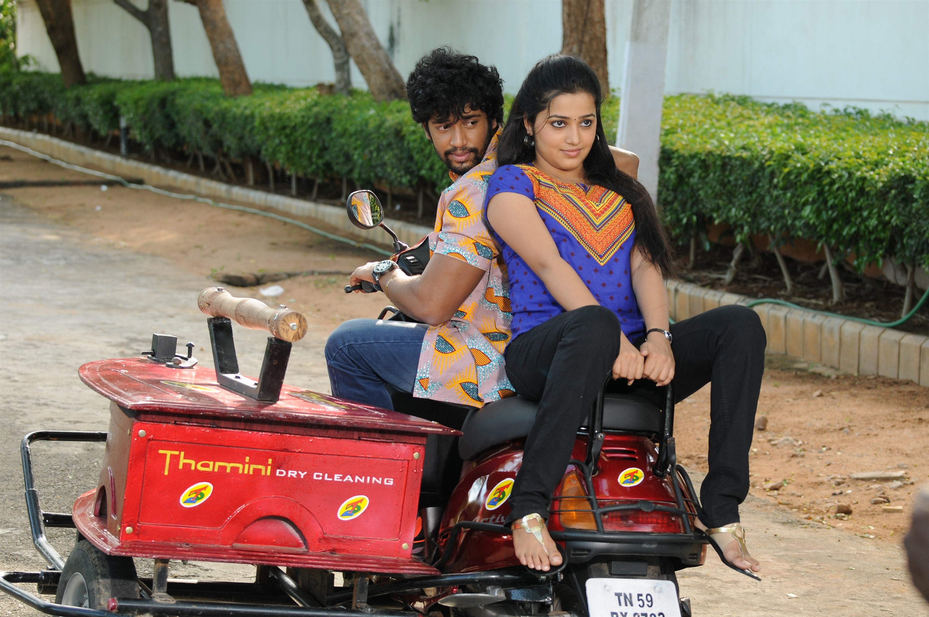 Umapathy & Samskruthy in Thanni Vandi Movie Stills HD