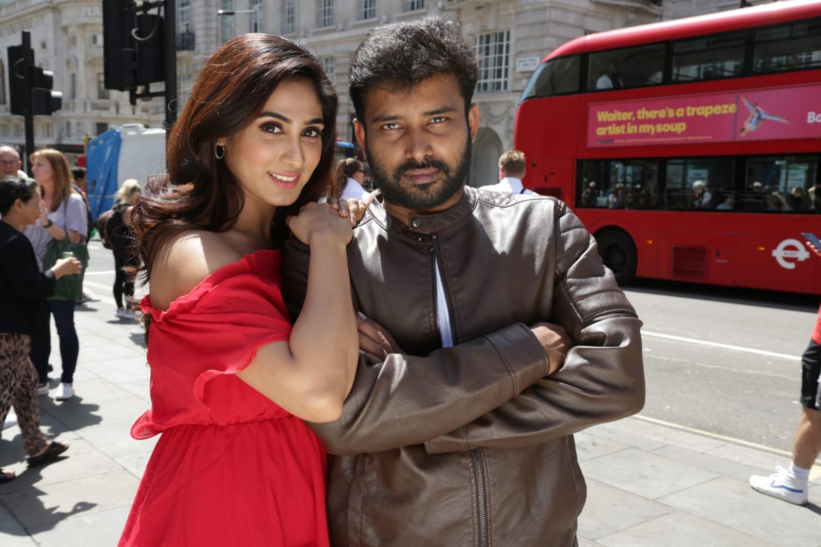 Deepthi Thivesh & Dinesh in Naanum Single Dhaan Movie