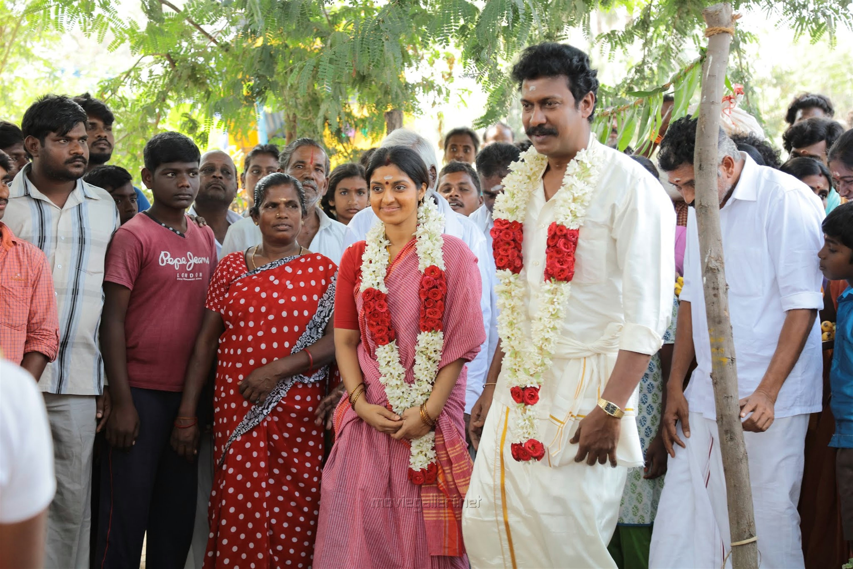 Athmiya, Samuthirakani in Vellai Yaanai Movie HD Stills