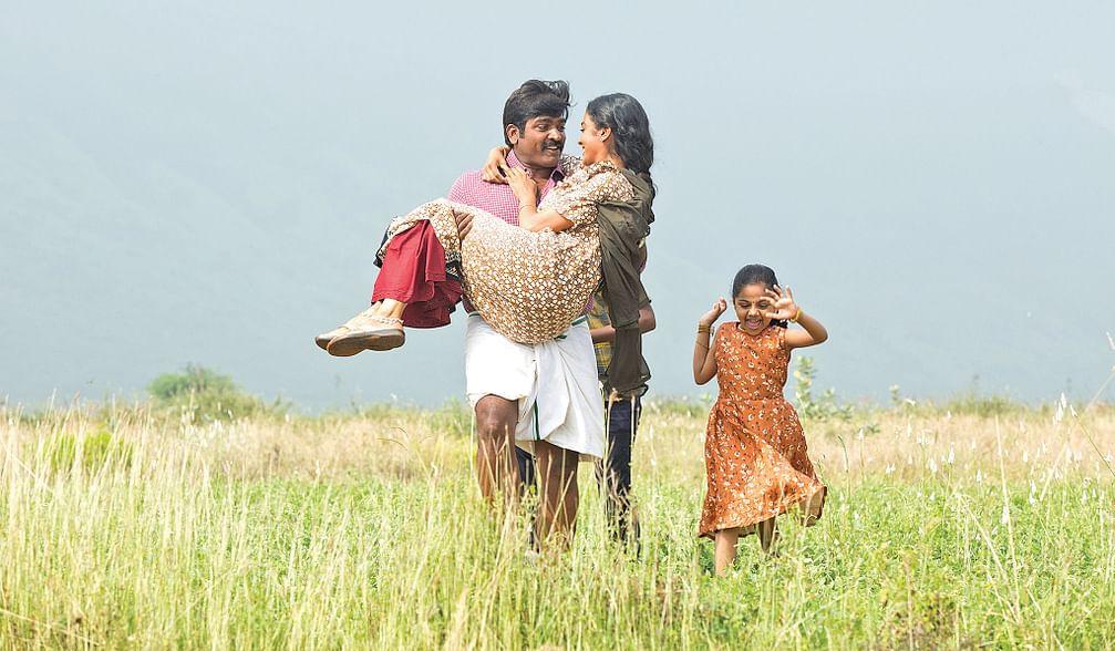 Vijay Sethupathi, Gayathrie, Anikha in Maamanithan Movie Stills