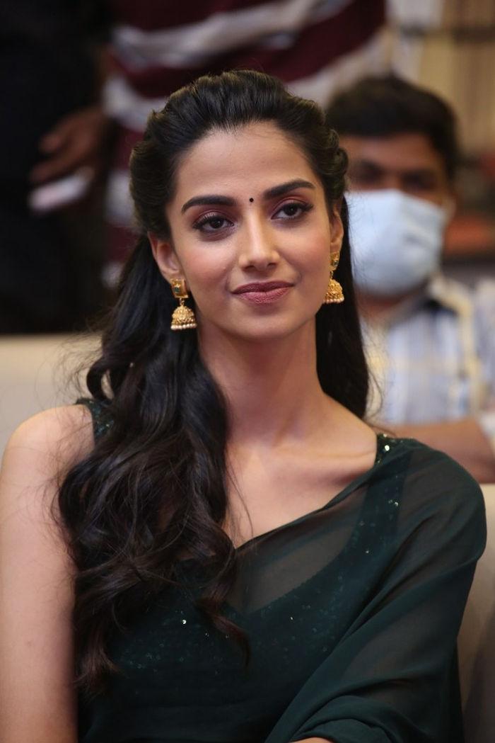 Ichata Vahanamulu Niluparadu Heroine Meenakshi Chaudhary Green Saree Stills
